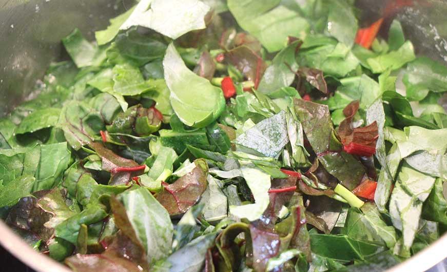 Kohlrabi- und Mangoldblätter dämpfen