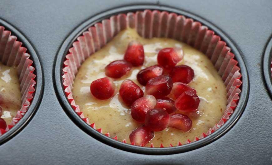 Muffinförmchen mit Granatapfelmuffin Teig