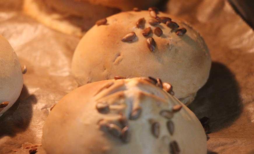 Broetchen werden gebacken, knusprig-goldbraun