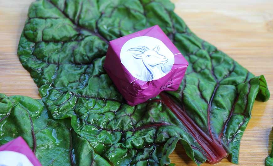 Blanchiertes Mangoldblatt mit Ziegenkaesewuerfel eingepackt