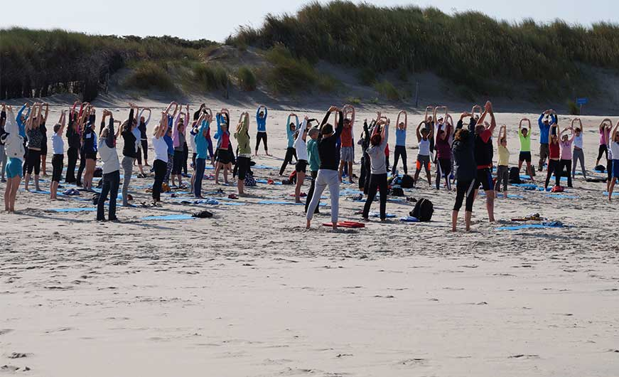 Sportgruppe am strand- fit in den tag