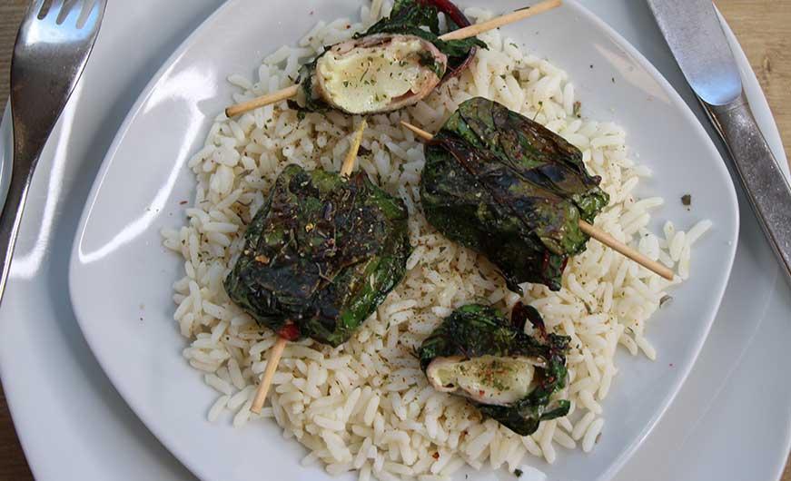 Fertiges Gericht Ziegenkaesetaschen auf Reis