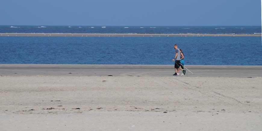 Nordic Walking mit Stoecken an der Nordsee