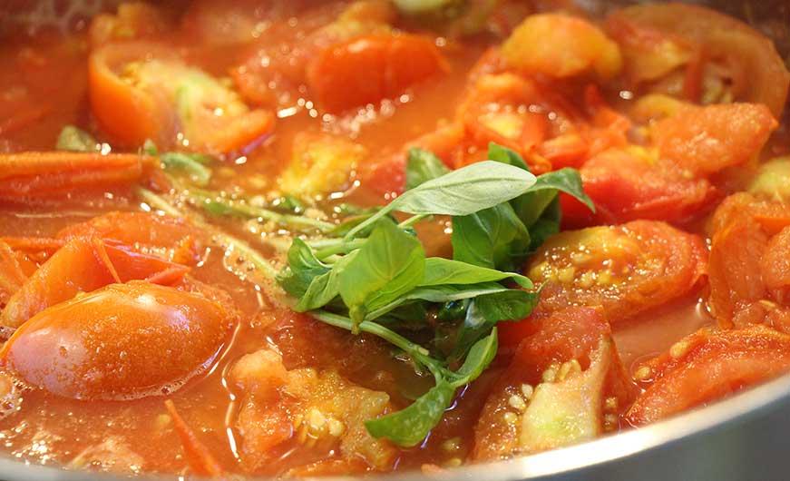 tomaten mit frischen basilikumblaettern