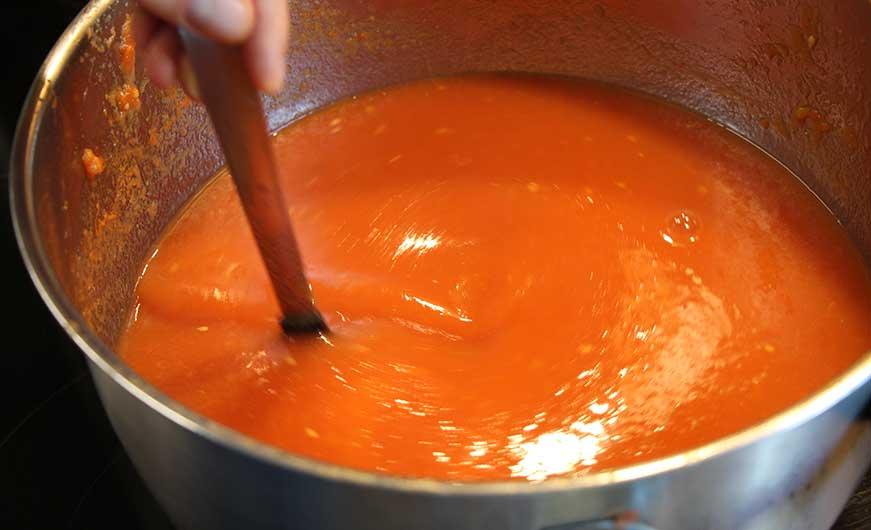 topf mit gekochten und passierten tomaten