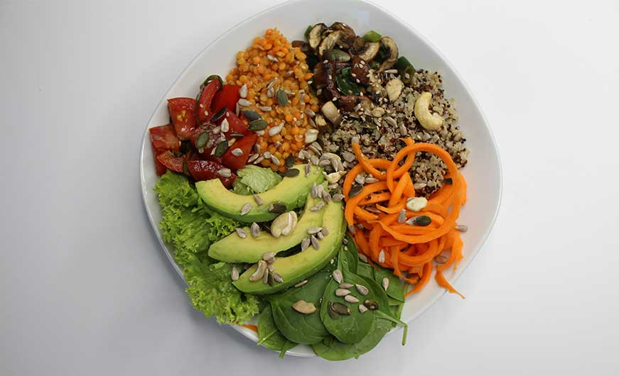 Gesamtansicht von oben farbenfrohe bowl vegan