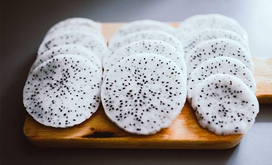 drachenfrucht ohne schale in scheiben geschnitten weißes fruchtfleisch