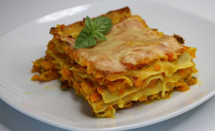 Kuerbis-Karotten-Lasagne garniert auf Teller
