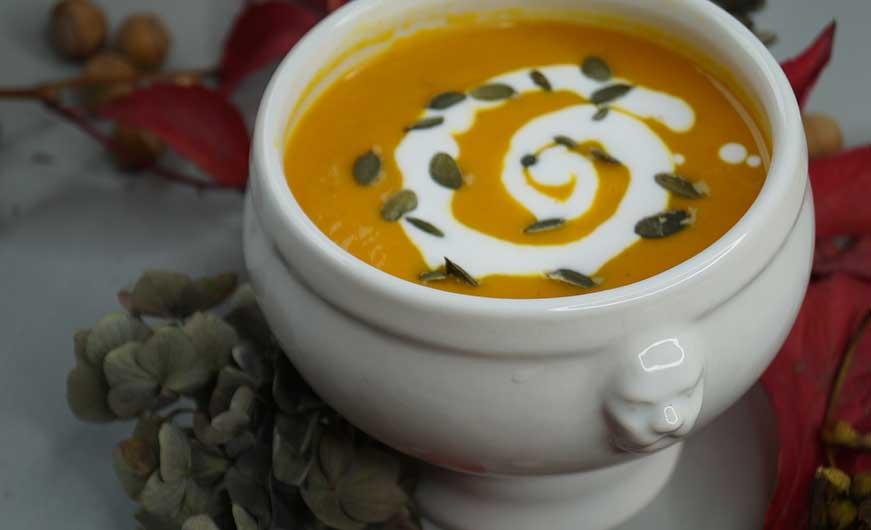 Kuerbissuppe mit Kokosmilch und Kürbiskernen garniert