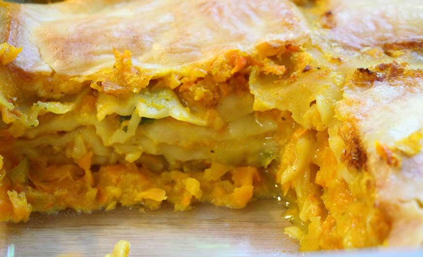 fertige Lasagne- Stueck herausgeschnitten