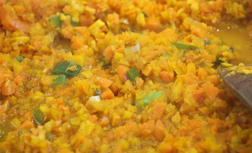 Kuerbis-Karotten-Masse mit Fruehlingszwiebeln