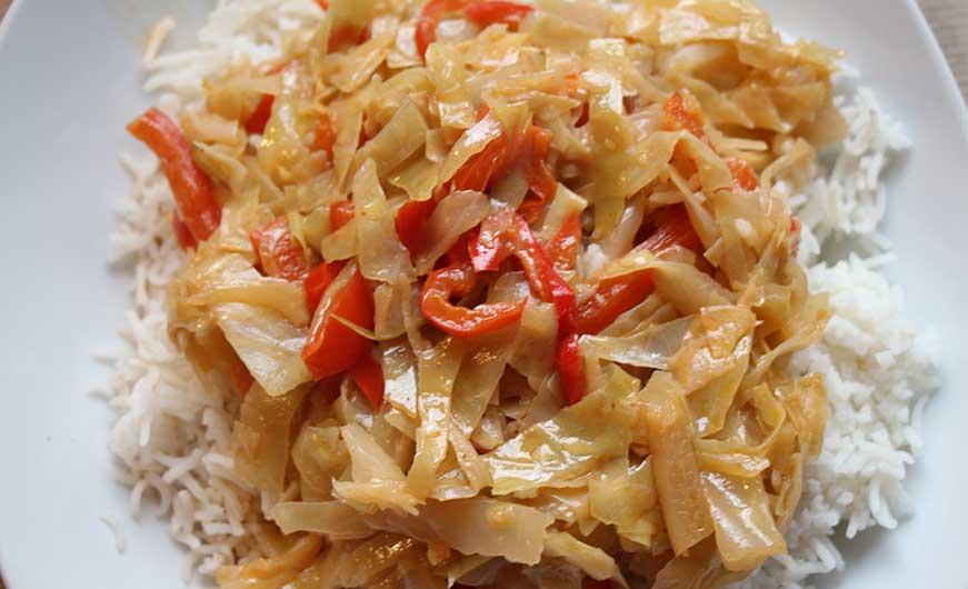 Weißkohl mit Paprika auf Reis als Beilage