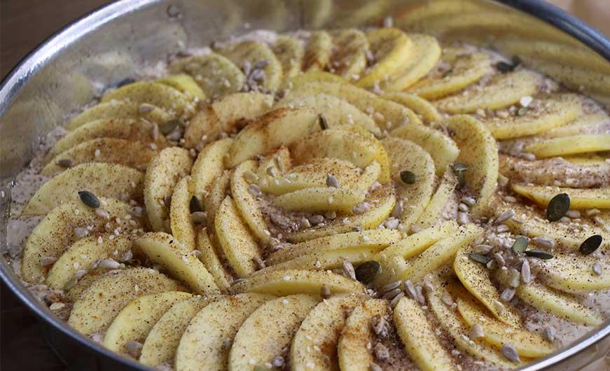 veganer Apfelkuchen mit Topping aus Körnern