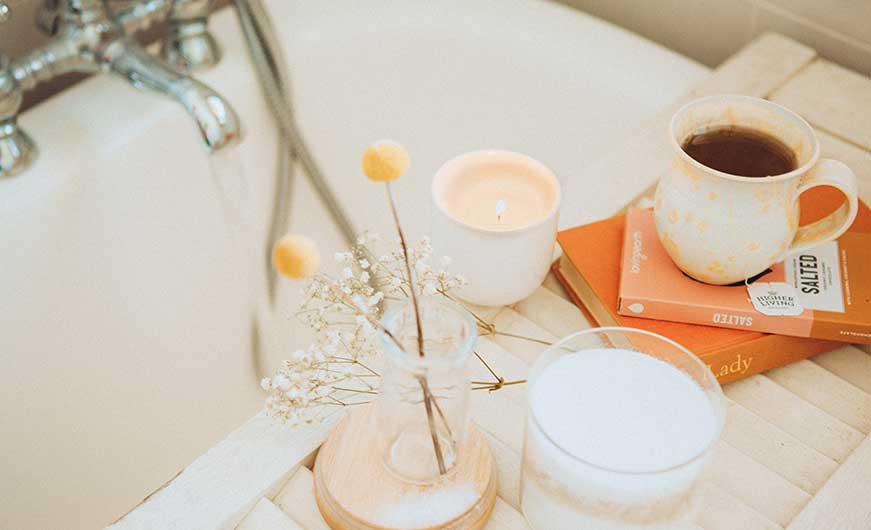 Badewanne mit Tee und Buch