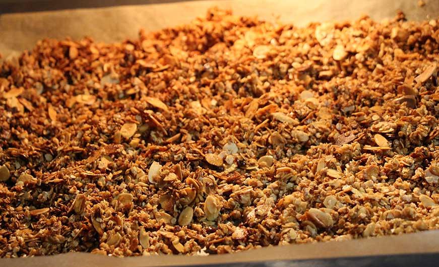 fertiges granola auf backblech, golbraun