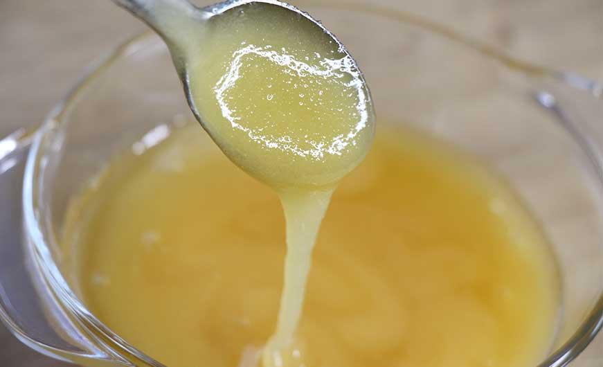 honig in glasschüssel