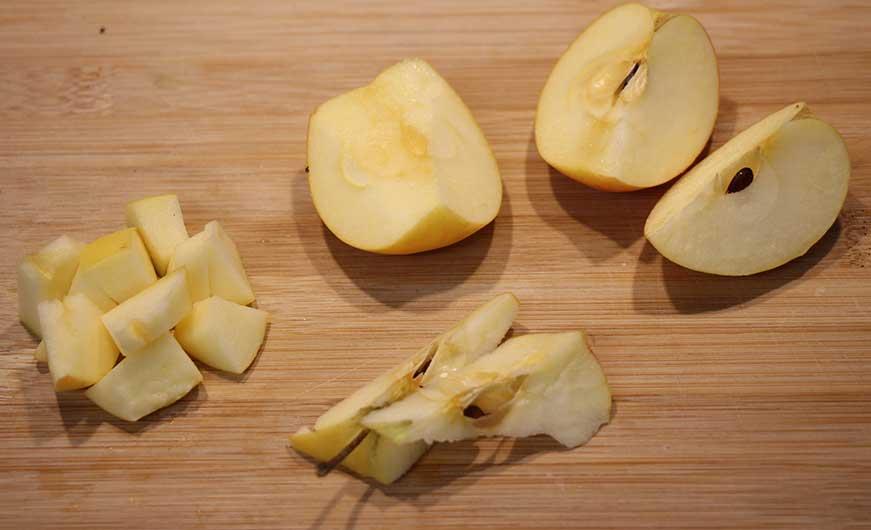 Apfel geschnitten, halbiert entkernt gewürfelt