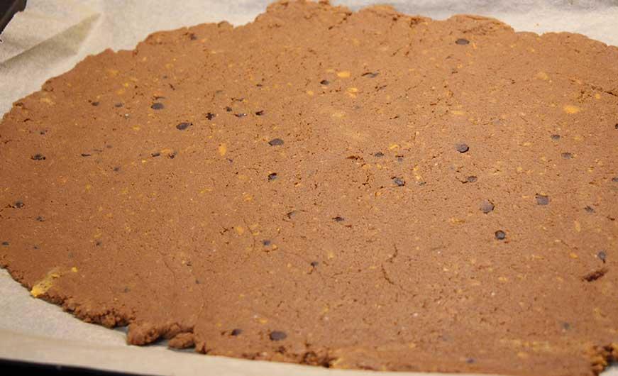 brownieteig auf backblech verteilt