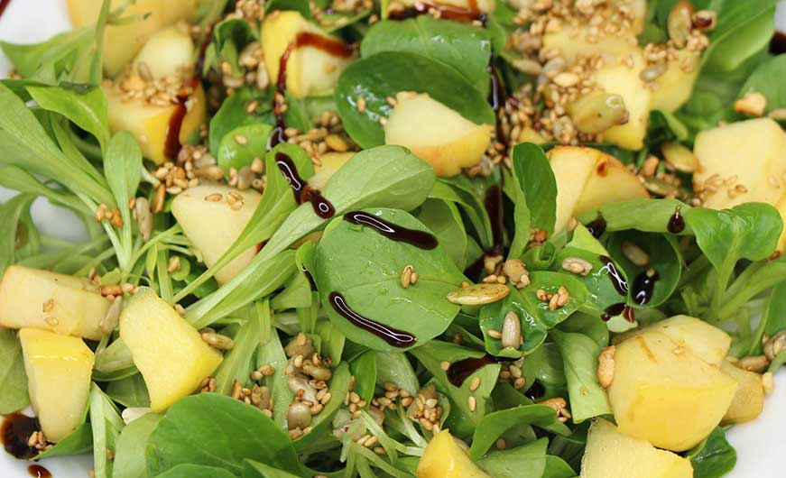 Feldsalat fruchtig mit Apfel, Körner und Balsamicocreme