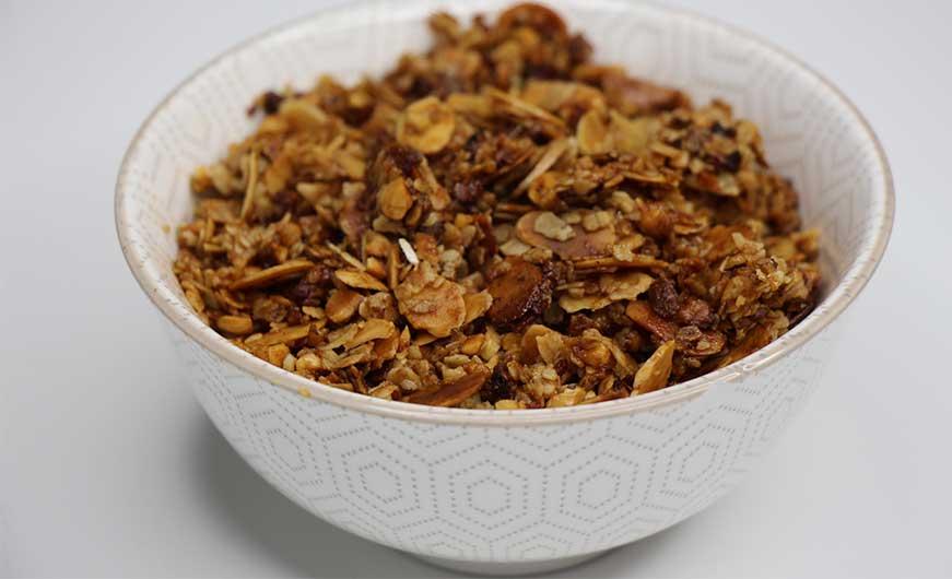 granola knusprig in schüssel, goldbraun