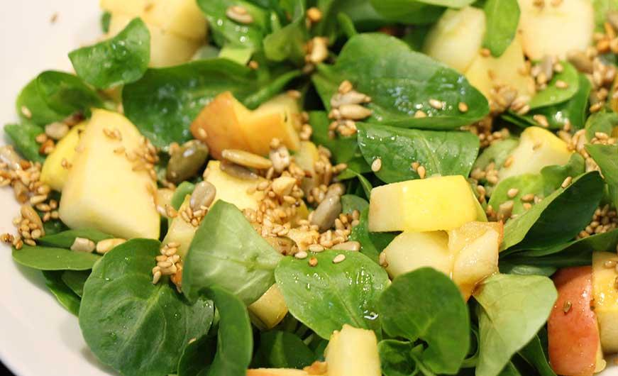 Feldsalat anrichten mit Apfel , Körnertopping Dressing