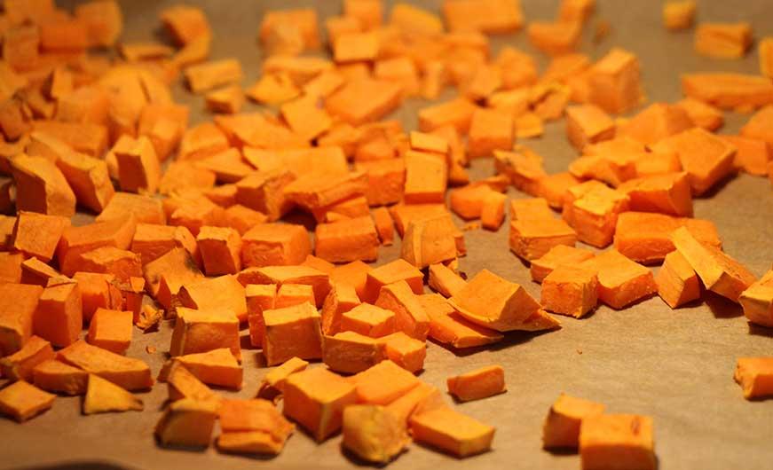 Süßkartoffelwürfel im ofen gebacken