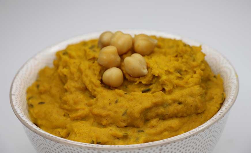 fertiges selbstgemachtes Hummus mit Kurkuma